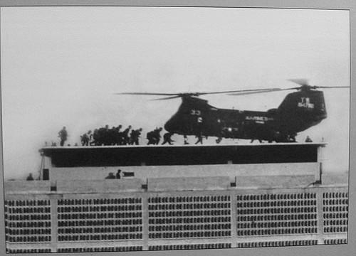 CH-46 trên nóc tòa đại sứ